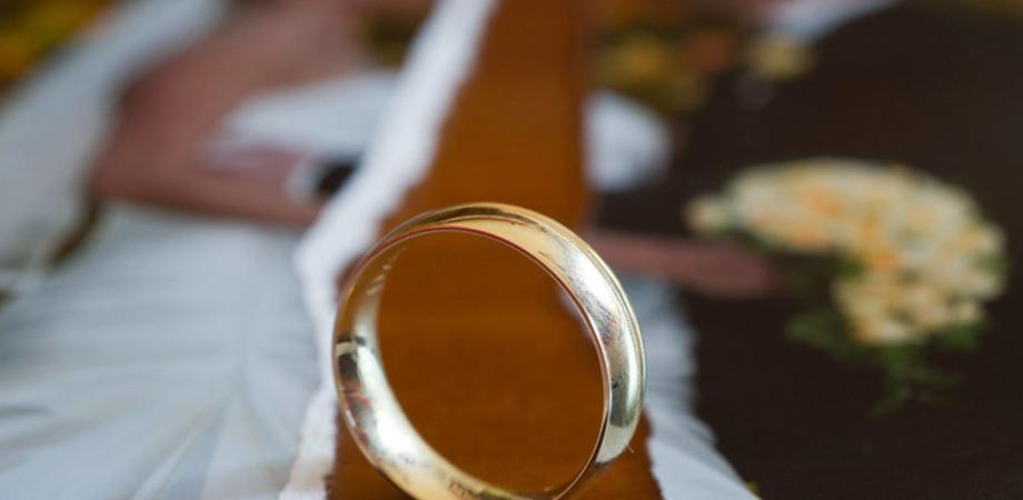 Sposo appartato con la testimone. Matrimonio finisce in scazzottata nel Nisseno