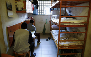 http://www.seguonews.it/allarme-igienico-nel-carcere-di-gela-il-sindacato-osapp-chiede-lintervento-dei-nas-insetti-ed-escrementi-nella-mensa