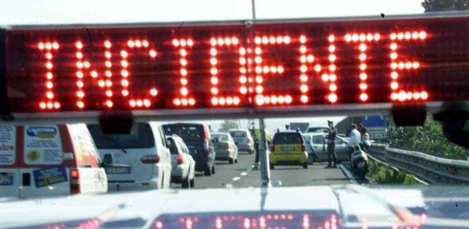Pullman tampona auto sulla statale 640: due giovani finiscono in ospedale