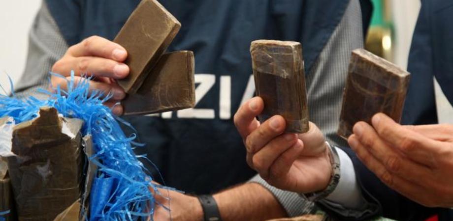 Niscemi. Ragazza consegna panetto di hashish alla Polizia, il fidanzato la scagiona e finisce in manette