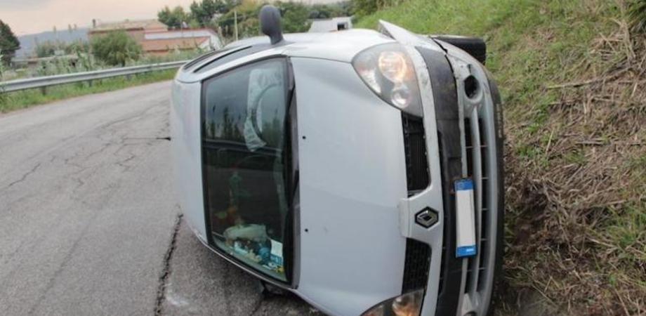 San Cataldo, incidente in contrada Favarella. Auto si ribalta, conducente resta illeso