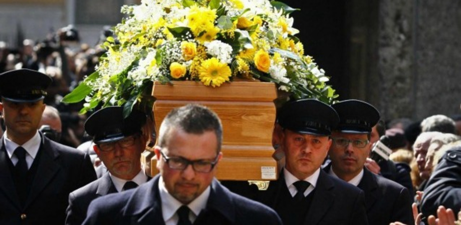 Botte da orbi per i costi del funerale a Caltanissetta. Lite tra vedova e le figlie, arriva la Polizia