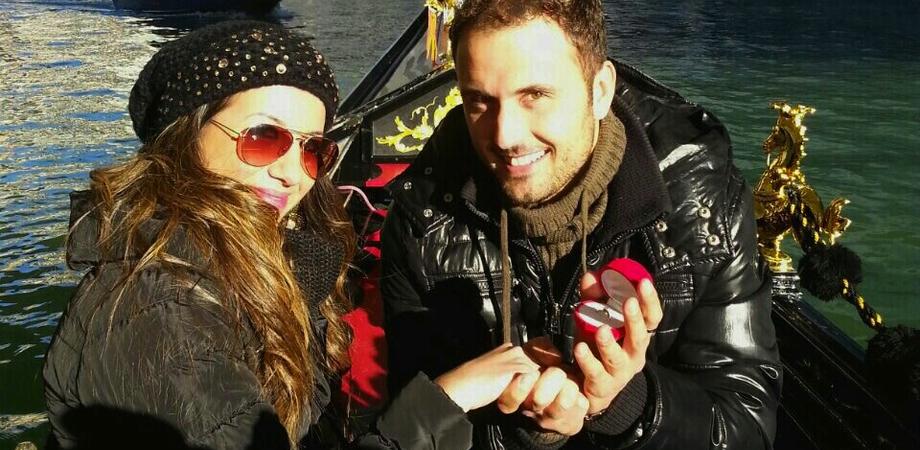 Se non in gondola a Venezia, dove? Giovane di Sommatino porge l'anello alla futura sposa sul Canal Grande