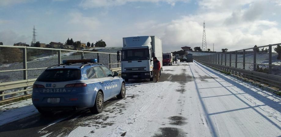 """Caltanissetta. Ghiaccio sul viadotto """"Pantano"""", transito limitato ai camion. Per A19 veicoli deviati alla zona industriale"""
