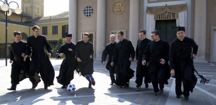 A Gela sacerdoti in campo, calcio all'indifferenza. Entusiasmante match contro medici e politici alla Festa della Solidarietà