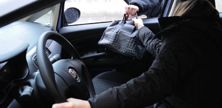Manolesta in azione a Caltanissetta: ruba la borsa in auto con a bordo la vittima