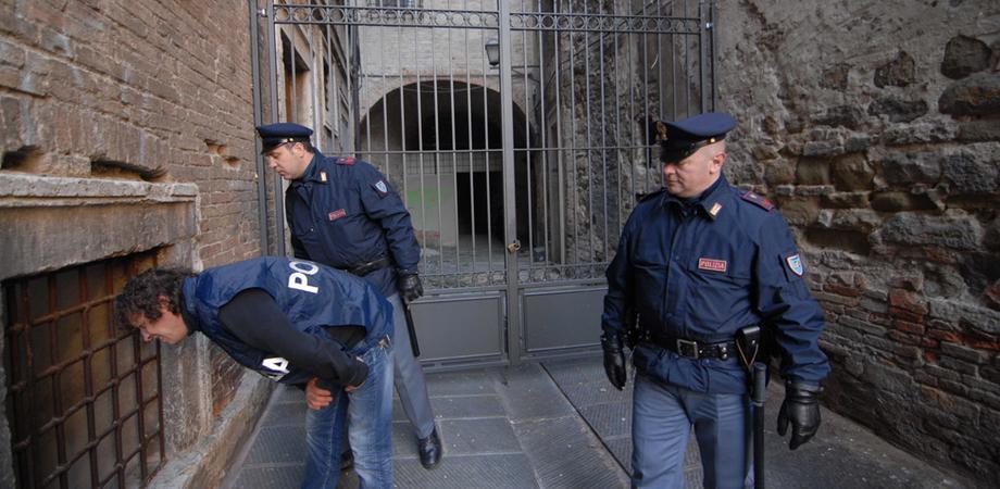 """Lotta allo spaccio a Caltanissetta. La Mobile ferma tunisino con eroina, tre giovani nei guai per la """"coca"""""""