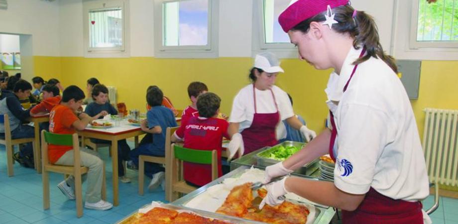 Refezione scolastica, addette in stato d'agitazione a Caltanissetta. I sindacati accusano il Comune sui ritardi dell'appalto
