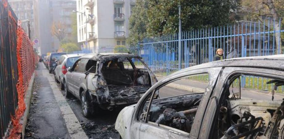 Notte di paura a Riesi. A fuoco l'auto di un agricoltore, l'incendio distrugge una seconda vettura