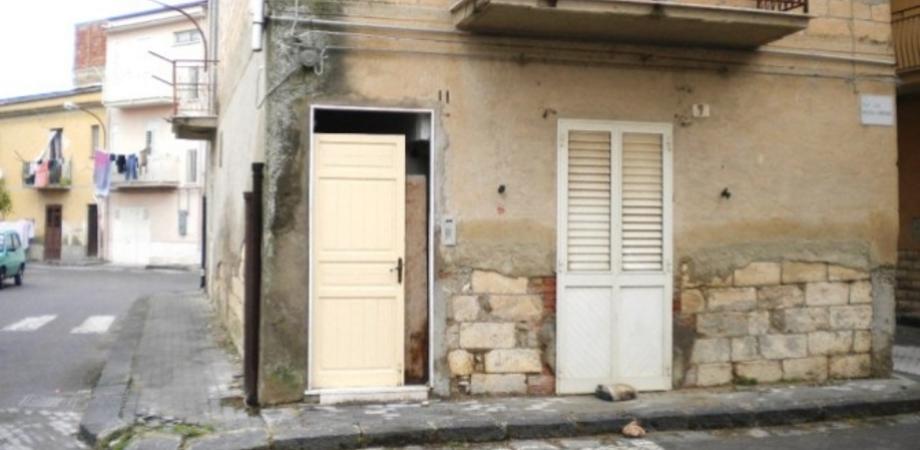 """Ladri come Giufà a Riesi, si """"tirano"""" la porta da una casa disabitata"""