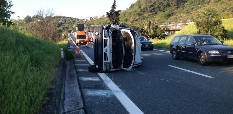 Incidente sulla A19, furgone si ribalta tra Scillato e Buonfornello: feriti due passeggeri