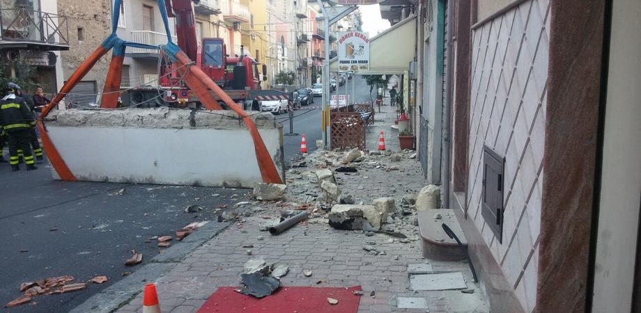 Crolla pensilina sulla strada a Gela, nessuno resta ferito. Inquilina al balcone poco prima del cedimento