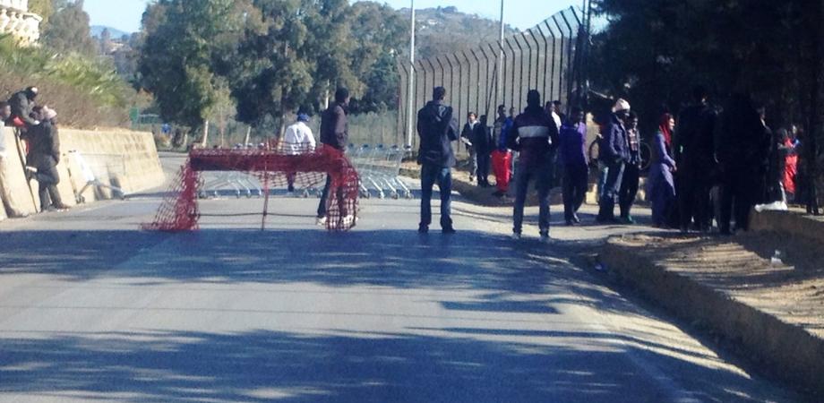 Disordini a Pian del Lago, barricata di immigrati fuori dal Cara. A San Cataldo sit-in dei rifugiati, smentiti ritardi della commissione