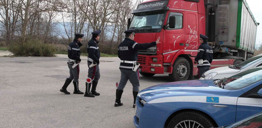 Non rispetta i riposi alla guida, record per un camionista di Caltanissetta: perde 104 punti della patente