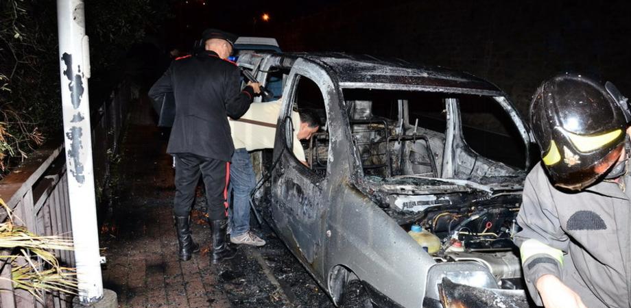 Misterioso incendio notturno a Riesi: distrutto furgone di un rivenditore di pane
