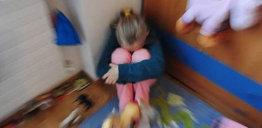 """""""Abusi su bambina di 10 anni"""". La Dda di Caltanissetta accusa il padre e un anziano di prostituzione"""