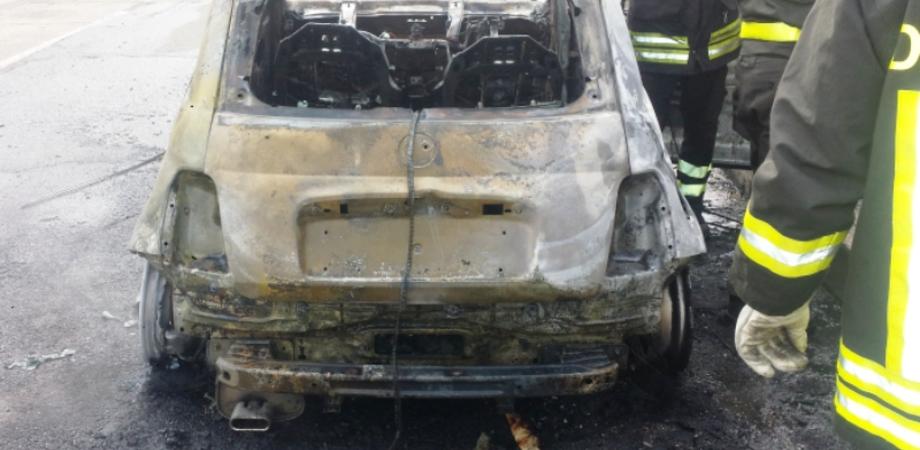 Attentatori scatenati a Niscemi: incendiata l'auto di un commerciante. L'ombra del racket o ritorsione personale?