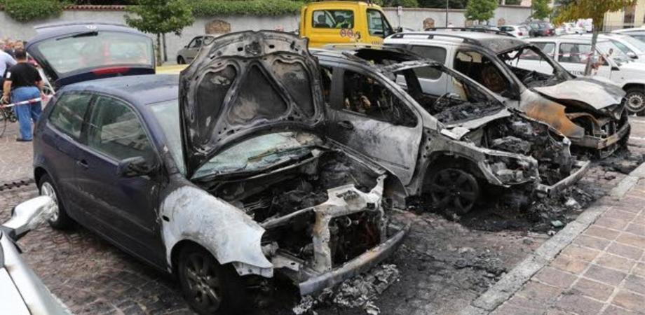Auto a fuoco in via Niscemi. L'incendio danneggia altre due vetture parcheggiate