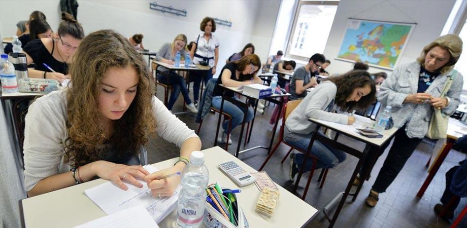 Esami di stato 2015: oggi tutti in classe per la prova di italiano. LE FOTO delle TRACCE