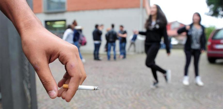Fumatori adolescenti, in Italia percentuale più alta d'Europa. Consumi boom di alcol e droghe