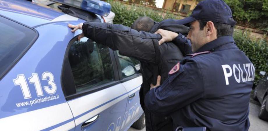 Blitz antidroga al cimitero di Niscemi. Polizia blocca due giovani pusher, trovate dosi di hashish e soldi