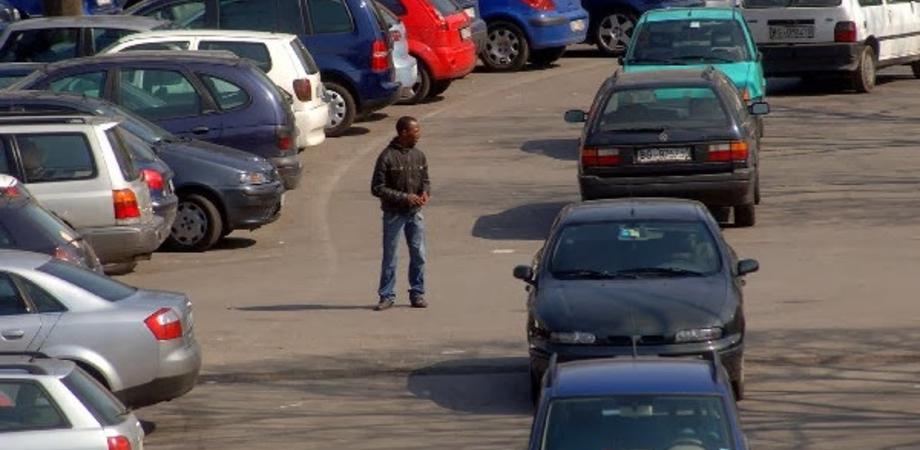 """Posteggiatori molesti a """"Sant'Elia"""", Polizia multa due stranieri. Sequestrate monete per oltre 200 euro"""
