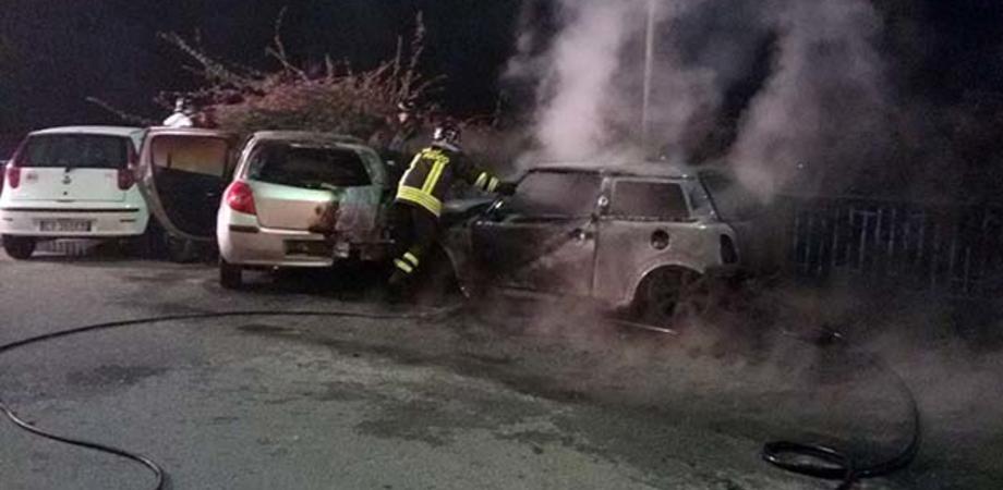 Incendiari scatenati a Gela, rogo distrugge tre auto davanti al Municipio