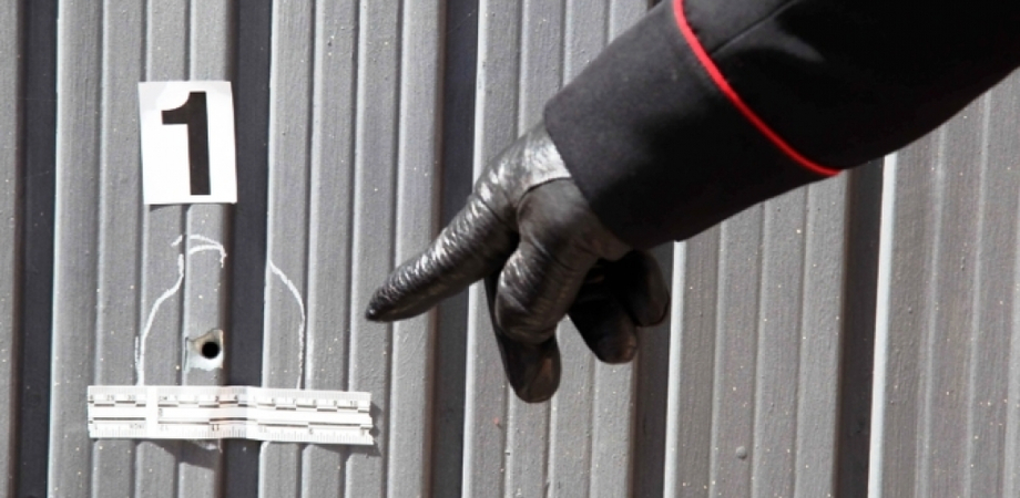 Pistolettate contro il garage e il portone di casa, avvertimento notturno per un macellaio di Riesi