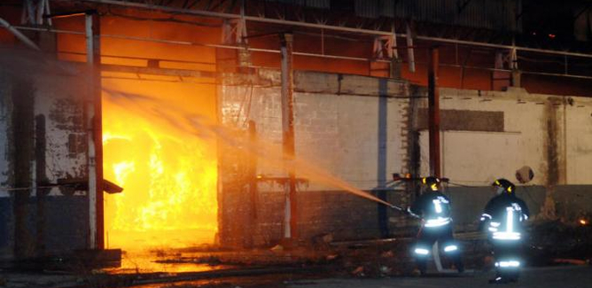 Gela, incendio al mercato ortofrutticolo: il rogo distrugge alcuni box di proprietà del Comune e una cabina elettrica