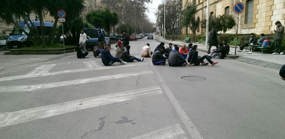 """""""Disservizi al centro Testasecca"""", immigrati occupano per protesta il viale della Regione"""
