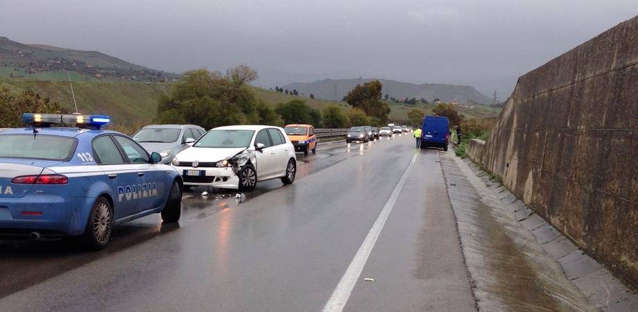 Tre incidenti stradali sulla A19 in poche ore, caos tra Enna e Caltanissetta. Scontro camion-auto a Tremonzelli