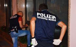 Sommatino, a casa con la droga: tenta di sfuggire ai poliziotti ma viene arrestato