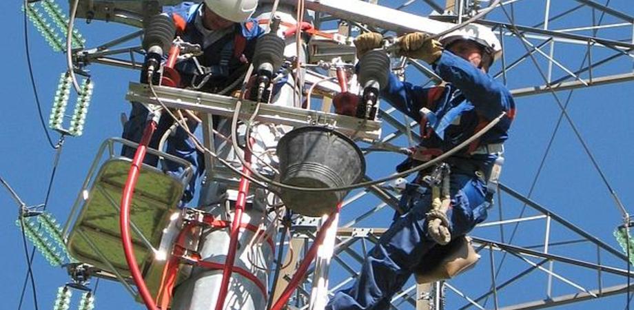 Predatori del rame attivi nel Nisseno: tranciati fili di elettrodotto, villette al buio