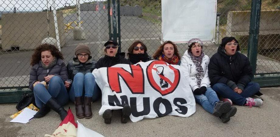 Muos, sale la tensione a Niscemi. Donne bloccano i mezzi americani davanti l'ingresso del cantiere