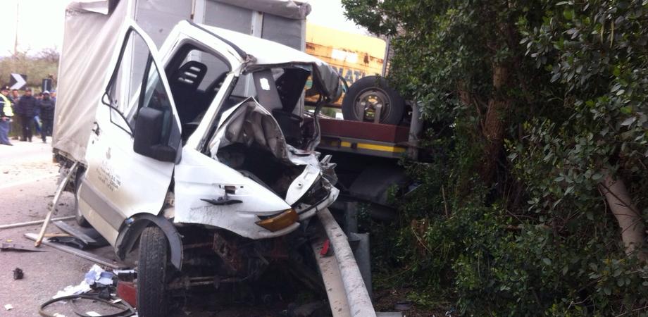 Schianto alle porte di Caltanissetta, camion contro furgone sulla Ss 640. Morto un giovane di Riesi, uno è grave LE FOTO