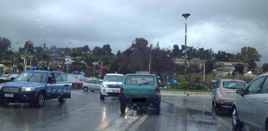 """""""Strike"""" in via Leone XIII: auto finisce contro spartitraffico e abbatte cartello stradale"""