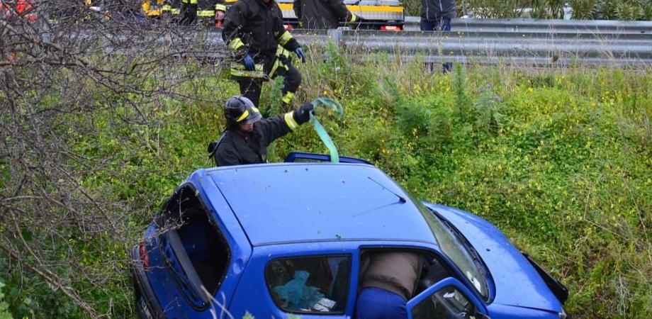 Perde il controllo dell'auto e precipita nella scarpata. Incidente sulla Sp 16, ferita donna di Villalba