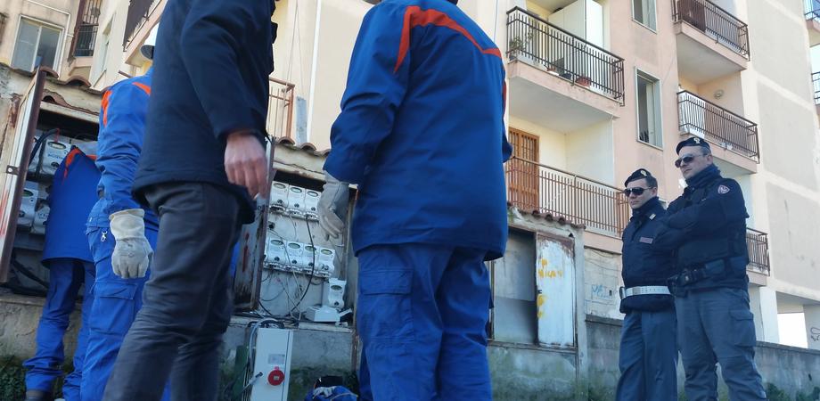 Allaccio abusivo in via Mazzini: furto di elettricità in un palazzo disabitato