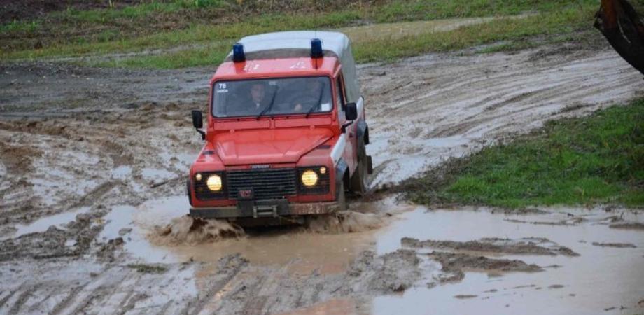 Il navigatore li porta in campagna, l'auto si intrappola nel fango. Famiglia di emigrati salvata a Resuttano dai vigili del fuoco