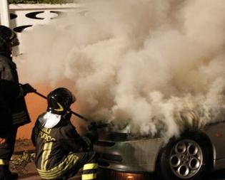 Gela, in fiamme un'auto e un portone nel cuore della notte