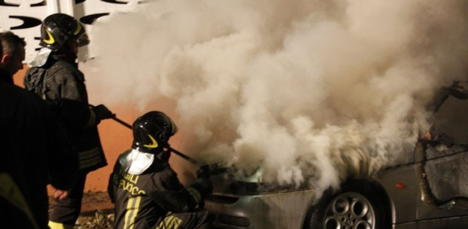 Incendio doloso a Riesi: scassinano garage e appicano le fiamme ad un'auto. Un mistero il movente