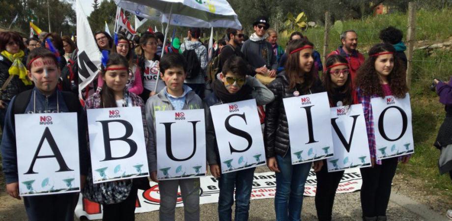 Il popolo No Muos festeggia il sequestro delle antenne Usa. Migliaia di manifestanti a Niscemi, tanti bambini in corteo