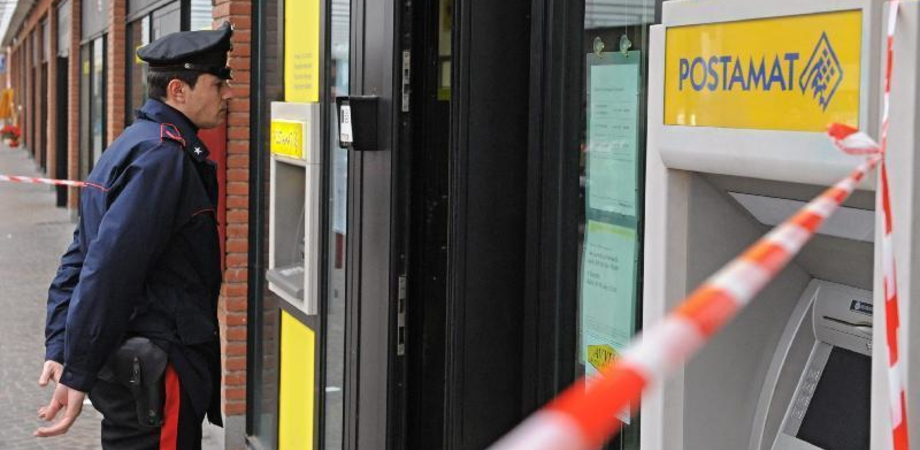 A Riesi vandalo armato di mazza distrugge ufficio postale e tabaccheria. Sospetti dei carabinieri su un giovane