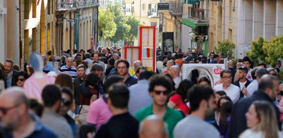 #PiazzAcolori, bastano 540 euro per far pulsare il centro storico. Le foto dell'evento che ha colorato Caltanissetta