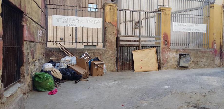 Caltanissetta, via San Calogero la strada dei paradossi. Residenti ripuliscono slargo, poche ore dopo spuntano i rifiuti