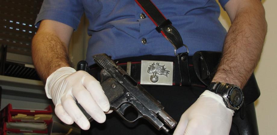 """Il """"nonnino"""" con la pistola spagnola clandestina. A Delia blitz dei carabinieri, pensionato ai domiciliari"""