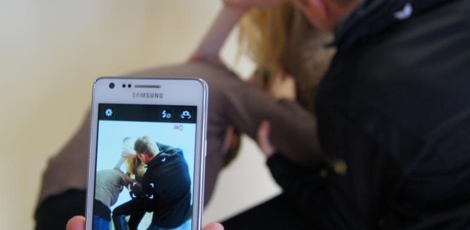 A Caltanissetta studente picchiato e filmato dai compagni. La Procura per i Minori indaga tre giovani per lesioni