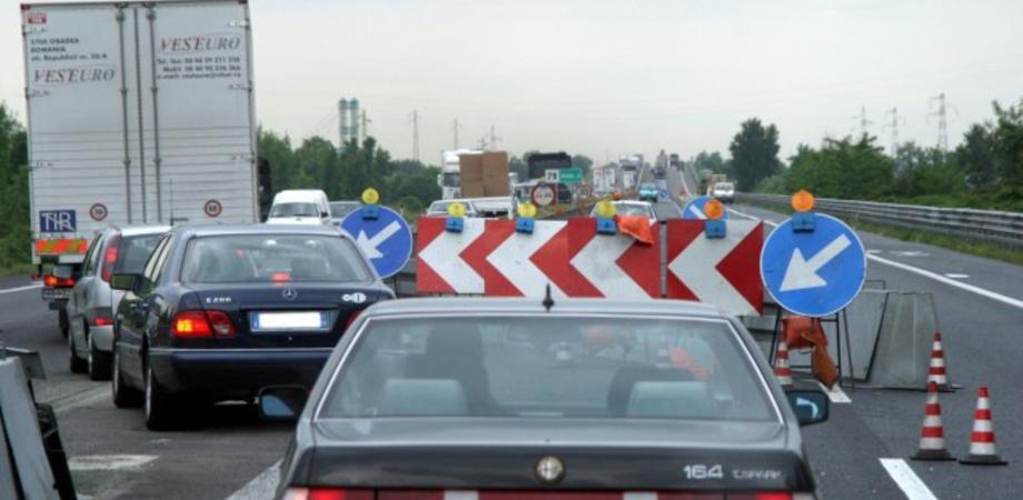 Crolla cornicione di cavalcavia dalla Ss 190, chiusa la provinciale 14 a Riesi