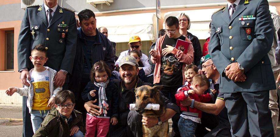 """Caltanissetta. Ragazzi down incontrano la Gdf. Tutti pazzi per """"Urlo"""", il cane che lotta il malaffare"""
