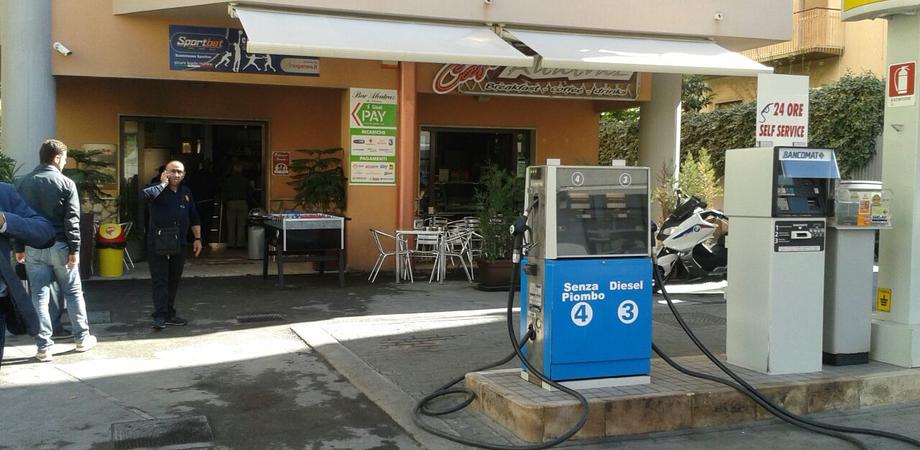 Attentato alla libanese a Gela. Auto in fiamme lanciata contro un bar, evitata la strage